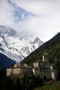 Taufers Castle, Campo Tures, Italy.  Il Castello di Tures (Burg Taufers) è un castello medioevale che sorge presso Campo Tures, nella Val di Tures, una perpendicolare della Val Pusteria.Il castello si erge su un promontorio che forma una chiusa naturale, chiamata Klapf, la quale dà geograficamente inizio alla Valle Aurina, mentre la località Drittelsand, posta a settentrione del castello, appartiene ancora al comune di Campo Tures.  http://www.burgeninstitut.com/information_taufers_en.htm
