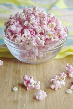 ~Salted Cotton Candy Popcorn w/White Chocolate~ An interesting combination of salty & sweet that you don't have to visit a carnival to get. White Chocolate Popcorn, Pink Popcorn, Candy Popcorn, Popcorn Bowl, Microwave Popcorn, Popcorn Recipes, Candy Recipes, Angelina Bailarina, Yummy Treats