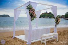 ¿Qué opinas de este romántico diseño de gazebo blanco para tu boda en playa? Bodas Huatulco.
