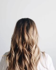 Toss your hair up in a bun with your fav scrunchie + add your fav straw hat! Toss your hair up in a bun with your fav scrunchie + add your fav straw hat! Blonde Hair For Brunettes, Brunette Hair Color With Highlights, Brown Blonde Hair, Dark Hair, Blonde Honey, Light Hair, Balayage Bronde, Balayage Hair Blonde, Honey Balayage