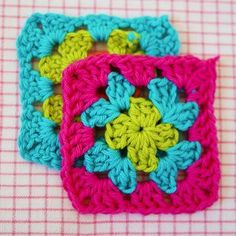 Crochet Granny Square Zippered Pouch Tutorial : how to join granny squares step Crochet Granny Square Zippered Pouch Tutorial : how to join granny squares step 1 Joining Granny Squares, Sunburst Granny Square, Granny Square Blanket, Love Crochet, Crochet Granny, Crochet Flowers, Knit Crochet, Granny Square Tutorial, Zipper Pouch Tutorial