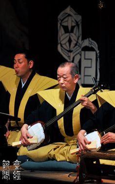 National Living Treasure of Japan, Seiji Tsurusawa Shamisen (Japanese instrument) player for Bunraku (Japanese traditional puppet show). Japan officially recognizes excellence in the arts. Geisha, Judo, Karate, Japanese Lifestyle, Art Japonais, Ichimatsu, National Treasure, Japan Art, Nihon