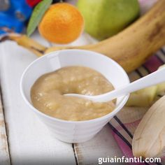 Una papilla de plátano, manzana y mandarina para niños a partir de cinco meses de edad. Un alimento completo y nutritivo para la merienda o el desayuno de tu bebé.