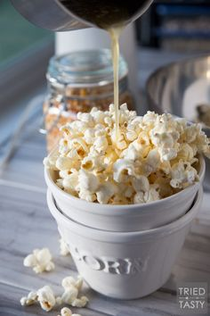 Honey Butter Popcorn // The kids will flip over this delicious popcorn recipe! You only need five ingredients - and I can almost guarantee you have everything on hand already. Plus, theres no microwave involved - say goodbye to yucky chemicals! Popcorn Snacks, Flavored Popcorn, Butter Popcorn, Honey Popcorn, Popcorn Toppings, Popcorn Balls, Popcorn Kernels, Gourmet Popcorn, Air Popper Popcorn Recipe