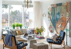 Hög mysfaktor i villan som mixar engelsk stil med en stor dos mönsterkärlek Contemporary Art, Pergola, Lounge, Tapestry, Curtains, Villa, Home Decor, Airport Lounge, Insulated Curtains