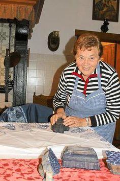 Autodidaktisch zur Perfektion:Maria Stauvermann demonstriert anhand einer Decke die Technik des Blaudrucks.