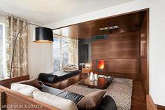 Kominek w salonie: obudowa drewno