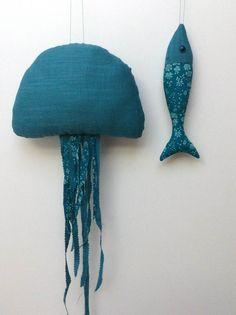 Méduse en lin bleu vert canard, à suspendre : Décoration pour enfants par le-bazar-creations