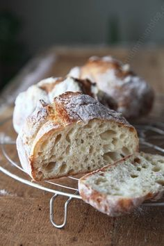 Faire du vrai bon pain sans machine à pain et sans pétrir, c'est possible. This can be made with a bread machine on the mixing setting only. Shape, rise, and cook in your oven. A simple recipe with it's not dairy free, but does make cute airy loafs! Bread Bun, Yeast Bread, Pizza Yeast, Bread Pizza, Bread Recipes, Cooking Recipes, Cuisine Diverse, Cooking Bread, Bakery