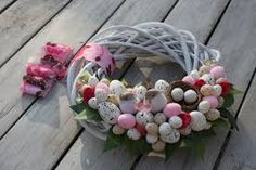 Tinker Easter presenta: 33 ideas para niños y adultos. Easter Wreaths, Christmas Wreaths, Door Wreaths, Spring Time, Sewing Crafts, Diy And Crafts, Decoupage, Floral Wreath, Holiday Decor