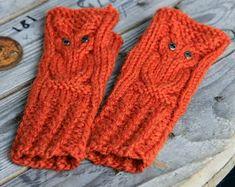 Kovin jäi viime tippaan tämä toivottu ja odotettu pieni tilaustyö. Lupasin tytölle kämmekkäät ja lopultakin viime viikonlopun reissul... Mitten Gloves, Mittens, Mollie Makes, Fingerless Gloves, Arm Warmers, Knit Crochet, Socks, Stitch, Knitting