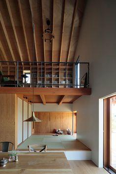 稲山貴則建築設計事務所が設計した、山梨の住宅「Tab House」です。 若い夫婦と小さな子供の3人家族が東京から八ヶ岳の麓、山梨県北杜市への移住するための住宅。 都会からの移住者にとって地域との関わりはとても重要な要素である。 施主のふるまいを地域に開くことで、周辺の住民や周囲の自然と接するきっかけが増えると考え、大きな縁側や展望台、出窓や物干しなど地域と接する「のりしろ空間」を住居と地域との間のバッファーとして配置した。 すると「のりしろ空間」を介して庭や地域と接する機会が増え、普段の生活がよりきっかけに満ちたものになるだろう。 以下、建築家によるテキストです。 ********** 若い夫婦と小さな子供の3人家族が東京から八ヶ岳の麓、山梨県北杜市への移住するための住宅。 都会からの移住者にとって地域との関わりはとても重要な要素である。 施主のふるまいを地域に開くことで、周辺の住民や周囲の自然と接するきっかけが増えると考え、大きな縁側や展望台、出窓や物干しなど地域と接する「のりしろ空間」を住居と地域との間のバッファーとして配置した。…