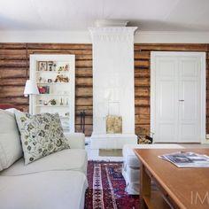 Hirsiseinää ja kaakeliuuni olohuoneessa Knotty Pine Decor, Home Interior, Interior Design, Cedar Planks, Design Apartment, Plank Walls, Cabin Homes, Fireplace Mantels, Cozy House