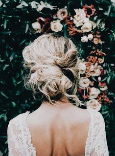 Slarvigt uppsatt hår romantiskt hår