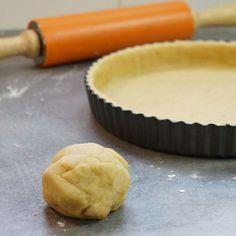 pâte brisée sucrée en 5 minutes in-ra-table 250 g de farine 125 g de beurre en dés et en pommade 3 cuillères à soupe de sucre 1 cc d'épices à pain d'épice (ou cannelle en poudre) 1/2 cuillère à café de sel 1 jaune d'oeuf 5 cl d'eau