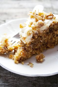 Carrotcake with walnut and cocos, worteltaart met walnoten en kokos. See the recipe on my blog | etenuitdevolkstuin.nl
