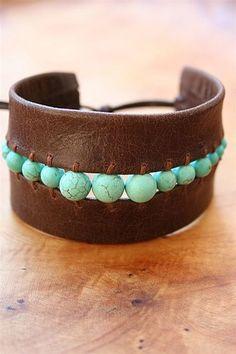 Кожаный браслет с голубыми камешками