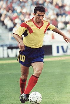Gheorghe Hagi (Săcele, Constanţa, 5 de febrero de 1965), exfutbolista y entrenador rumano. Conocido como El Maradona de los Cárpatos, considerado el mejor futbolista rumano de todos los tiempos y uno de los mejores centrocampistas ofensivos de Europa de los 80 y 90. En marzo del 2004, fue nombrado en la lista FIFA 100, elaborada por Pelé.