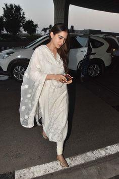 Sara Ali Khan stars in today's big release Kedarnath. Indian Suits Punjabi, Indian Attire, Indian Wear, Indian Kurta, Pakistani Dresses, Indian Dresses, Indian Outfits, Simple Indian Suits, Casual Indian Fashion
