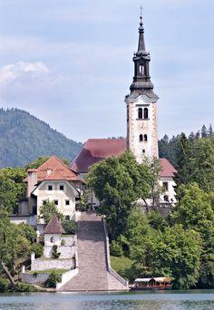 La iglesia de Peregrinación de la Asunción de María, en la isla de Bled, con la escalinata de 99 escalones que llevan hasta su entrada