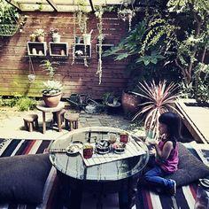女性で、、家族住まいの異国風ジャンクガーデン/NO GREEN NO LIFE/アウトドア部/ジャンクガーデン…などについてのインテリア実例を紹介。「ラグとクッションを干していたら、なんだか机も出したくなって、、、  そんなこんなで。  お弁当作ってチビ子とお庭でピクニック!」(この写真は 2014-09-09 15:42:02 に共有されました)