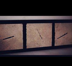 Reloj triptico realizado en mármol travertinos