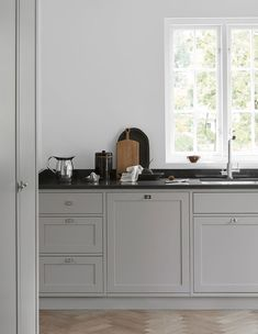 A minimalist, timeless shaker kitchen in soft shades of gray. Designed and built by Nordic Kitchen. More kitchen inspiration visit www. Grey Shaker Kitchen, Grey Kitchen Cabinets, Kitchen Island, Nordic Kitchen, Scandinavian Kitchen, Scandinavian Style, Scandi Style, Kitchen Interior, Kitchen Design