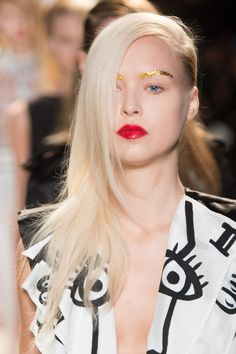 gold eyebrows / red lips - Fashion Week : Tendance, le sourcil gold chez Jean-Charles de Castelbajac
