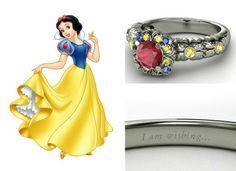 Para as fãs de Branca de Neve um anel em ouro branco com rubi central rodeado por safiras amarelas e azuis