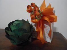 """Deocolônia Água Fresca, parceria Regina Gomes x Alfaroma desde 1985  Descrição Olfativa:  Composição com a associação de notas cítricas a notas que compõem um buquê floral e outras verdes.   Apresentação:  Em frasco de vidro de 100 ml liso com vaporizador spray, acondicionado em caixa de papelão rígido forrada em papel craft pintado ou customizado com muita criatividade..  A flor de folhas é apenas para compor o """"cenário"""" - se houver interesse em comprar alguma, vá no álbum """"Flores"""" ..."""