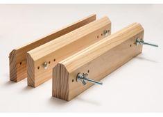 Prensa básica y económica para encuadernar. Fabricada en madera de pino con barniz transparente, cuatro posiciones de tornillo metalico con mariposa. Tamaño: 35cm x 8cm. Uso: Útil durante el proceso de encuadernación.