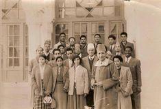 Des enseignants avec le Roi Mohammed V au Lycée Idriss 1er au début des années 60 Hassan 2, North Africa, Videos Funny, Marrakech, Traditional Outfits, Morocco, Persona, Culture, Couple Photos
