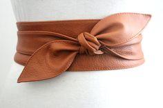 Tan Brown cuero obi cinturón está hecho de cuero con un acabado granoso. Este hermoso cinturón acentúe tu estilo sea casual o formal. Ceñir en su cintura y curvas instantáneas y un vientre más plano  Color principal: Tan Brown  Material: Cuero del zurriago  Ancho 2, 3 y 4 pulgadas  TAMAÑO PEQUEÑO para adaptarse a tamaños de la cintura (en pulgadas) 20 a 28 pulgadas TAMAÑO DE ROPA UK 4 a 10 NOS de 0 a 6 longitud total 70 pulgadas  MEDIO para adaptarse a tamaños de la cintura (en pulgadas) 28…