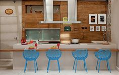 No espaço gourmet, a moradora pediu decoração alegre. Além do colorido dos ladrilhos hidráulicos, o arquiteto Samy Dayan e a designer de interiores Ricky Dayan apostaram em armários de madeira de demolição e cadeiras azuis na bancada