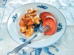 Falukorv med rotfruktsgratäng | Recept.nu Oven Baked, Baking Recipes, Shrimp, French Toast, Yummy Food, Meat, Chicken, Breakfast, Cooking Recipes