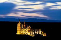 El colectivo Búhos de León recopila 28 fotografías llenas de color en plena noche y las expone al público para mostrar sus excursiones nocturnas a lugares de difícil acceso