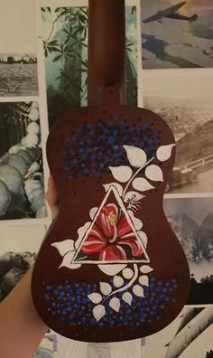 Painted Ukulele Ukulele Art, Ukulele Songs, Guitar Art, Guitar Crafts, Ukelele Painted, Painted Guitars, Cassandra Calin, Ukulele Design, Guitar Painting