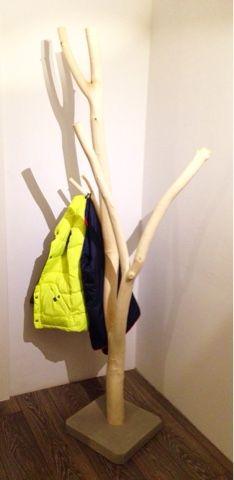 Wir haben eine neue Garderobe, von der ich ganz begeistert bin! Entstanden ist sie aus einem Ast einer Trauerweide und einem selbstgegossenen Betonfuß. Den gesamten Post findet ihr auf meinem Blog http://muckelfuchs.blogspot.de/2016/01/die-neue-garderobe-ein-schmuckstuck-aus.html Liebste Grüße Hannah