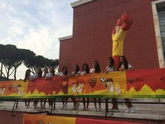 il palco del Village con le Cheerleaders