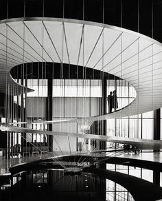Julius Shulman est un photographe américain né en 1936 qui pendant des années photographia les maisons et bâtiments créés par les plus grands architectes en Californie