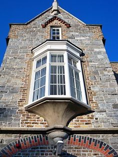 Oriel Window Projects from the side of the building, like a bay window, but are located on the second floor or higher supported by brackets or columns. Dormer Windows, Bay Windows, Window Screens, Second Floor, Architecture Details, Modern Farmhouse, Tiny House, Mansions, House Styles