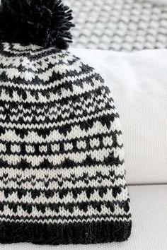 Free pattern on Ravelry: Black & White Aztec Hat pattern by Kaisa Palomäki Fair Isle Knitting, Loom Knitting, Yarn Projects, Knitting Projects, Knit Or Crochet, Crochet Hats, Knitting Patterns, Crochet Patterns, How To Purl Knit