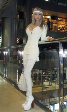 Valeria Lukyanova é uma modelo russa de 21 anos que se parece com a Barbie. Ela é tão igual que virou um fenômeno na internet, com sua fotos posadas, com o corpo e o rosto como os da boneca. Valeria nega ter feito cirurgia plástica e diz que só usa maquiagem. Críticos dizem que as fotos foram tratadas no Photoshop