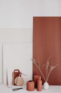 Styling: @morganeplanque #terracottapots #camargue #floralarrangements #terracotta Mid-century Interior, Interior And Exterior, Interior Decorating, Living Room Accents, Cozy Living Rooms, Terracotta, Kitchen Colour Schemes, Minimalist Wallpaper, Master Room