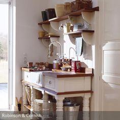 Das rustikale Waschbecken mit ansprechendem Design ist dekorativ und praktisch. Die Schubladen und Ablageflächen bieten viel Stauraum und sind kombiniert mit…