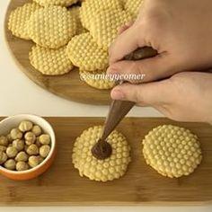 Çok şeker kurabiyeler yaptım bugün😊 Petek şeklinde, fındıklı harika oldu😍 Heryerde bulabileceğiniz silikon nihale ile şekil verdim. Tarifi çok önemli çünkü her hamurla bu şekil ortaya çıkmayabilir, kabarıp petek görünümü bozulabilir. Yapması çok eğlenceli, ortaya çıkan şey sanki çok uğraşılmış hissiyatı veriyor ancak çook kolay😄 Kayınvalidemin günü içindi bunlar😊 Bu tarif çooook fazla çıkıyor, ben yarısından azını bu kurabiyede kullandım, kalan hamuru farklı şekilde bir kurabiye yaparak… Tart Recipes, Sweet Recipes, Dog Food Recipes, Cookie Recipes, Dessert Recipes, Biscotti Cookies, Brownie Cookies, Cake Cookies, Turkish Cookies