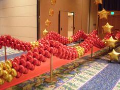 Oscar Party - walk the red carpet balloons: Awesome! Entrance to the party potentially all in college colors? Can I rent a red carpet? Red Carpet Theme, Red Carpet Party, Purple Carpet, Movie Party, Party Time, Prom Party, Balloon Decorations, Balloon Ideas, Balloon Centerpieces