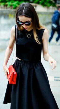 Saia + top pretos. Nesse look, o colar dá um ar sofisticado.