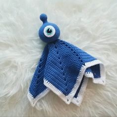 """(english pattern below) Den här snuttefilten gjorde jag till min son när han var kring året. Nu i sommar fyller han 5 år och älskar fortfarande sin """"rymdis"""" och vill sova med den om nät…"""