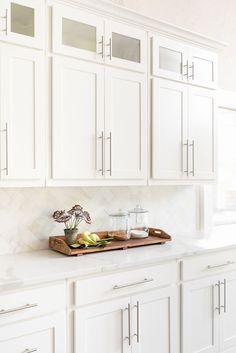 Kitchen Cabinet Styles, Diy Kitchen Cabinets, Kitchen Redo, New Kitchen, White Kitchen Backsplash, Kitchen Cabinet Handles, Timeless Kitchen Cabinets, Off White Kitchen Cabinets, Kitchen Design Open